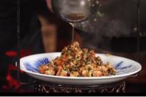 大厨演示一道创新应季菜品——马友咸鱼炒蟹